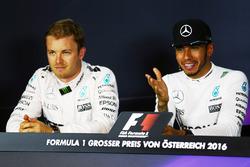 (L nach R): Nico Rosberg, Mercedes AMG F1 und Lewis Hamilton, Mercedes AMG F1 in der FIA Pressekonferenz