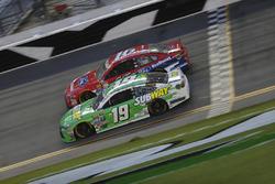 Carl Edwards, Joe Gibbs Racing Toyota, Greg Biffle, Roush Fenway Racing Ford
