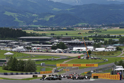 Lewis Hamilton, Mercedes AMG F1 W07 Hybrid memimpin di start race