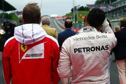 (Da sx a dx): Kimi Raikkonen, Ferrari e Lewis Hamilton, Mercedes AMG F1 mentre la griglia osserva l'inno nazionale
