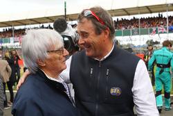 Bernie Ecclestone et Nigel Mansell, commissaire pilote FIA, sur la grille