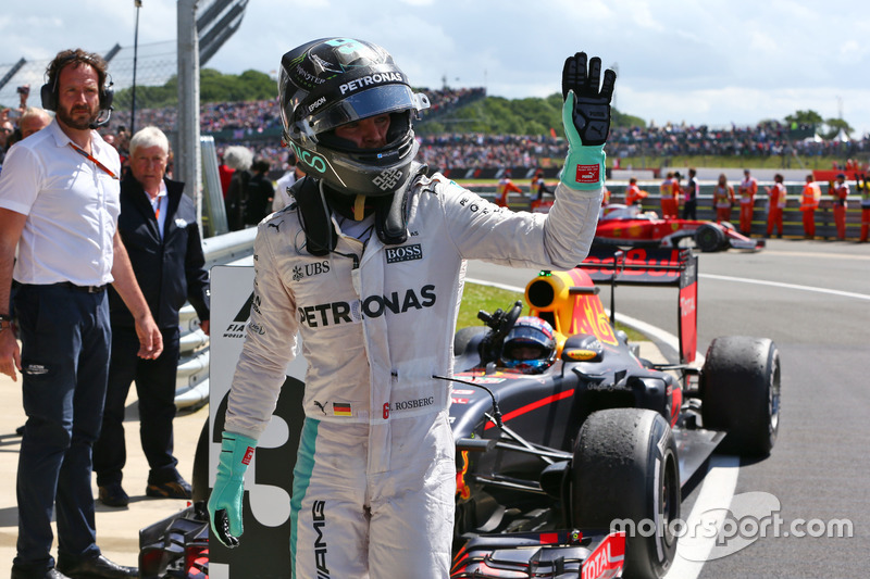 Nico Rosberg, Mercedes AMG F1 con Max Verstappen, Red Bull Racing nel parco chiuso