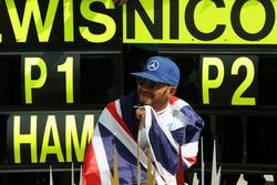 Льюис Хэмилтон, Mercedes AMG F1, празднует победу с командой