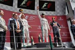 منصة التتويج: صاحب المركز الثاني نيكو روزبرغ، مرسيدس والفائز بالسباق لويس هاميلتون، مرسيدس وصاحب المركز الثالث ماكس فيرشتابن، ريد بُل