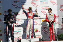 Podio carrera 3: segundo lugar Yan Shlom, RB Racing, ganador de la carrera Marcos Siebert, Jenzer Motorsport, y el tercer lugar Juri Vips, Prema Powerteam