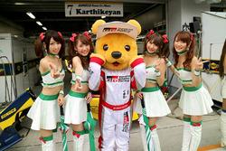 Das Toyota-Maskottchen Kumakichi mit Gridgirls