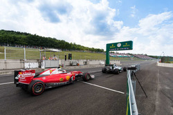 Kimi Raikkonen, Ferrari SF16-H en Nico Rosberg, Mercedes AMG F1 W07 Hybrid koemn de pitstraat uit