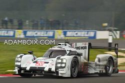 Porsche #20 in 3rd place through Becketts