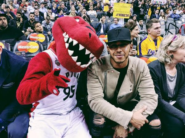 Hamilton ao lado de mascote do Toronto Raptors em jogo da NBA