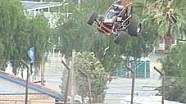 Irre: Auto fliegt über Fangzaun!