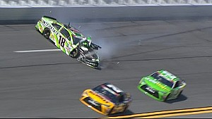 Kyle Busch bate forte no muro de Daytona