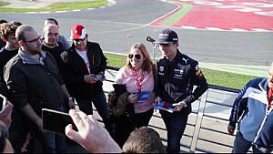 Max Verstappen a pie para ver a los fans