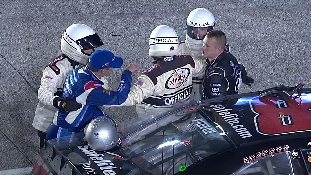 Elliott Sadler confronta a Ryan Preece en Miami