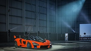 Машина McLaren Senna палить гуму у McLaren Composites Technology Centre